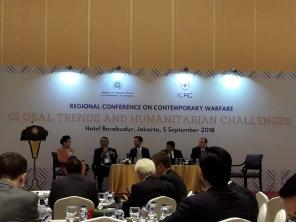 "Dosen Hubungan Internasional (Tulus Yuniasih, M.Soc.Sc. dan Rizky Ihsan, M.Si.) bersama 8 orang Mahasiswa HI dari berbagai angkatan menghadiri Regional Conference on Contemporary Warfare: ""Global Trend and Humanitarian Challenges"""