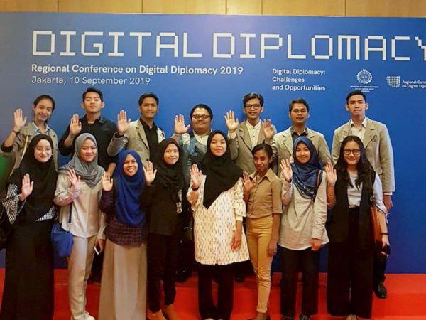 Kaprodi Hubungan Internasional Universitas Budi Luhur Bersama Perwakilan Mahasiswa HI menghadiri Regional Conference on Digital Diplomacy (RCDD) Yang Diselenggarakan Oleh Kementerian Luar Negeri RI di Ballroom 1, Hotel Mulia, Jakarta